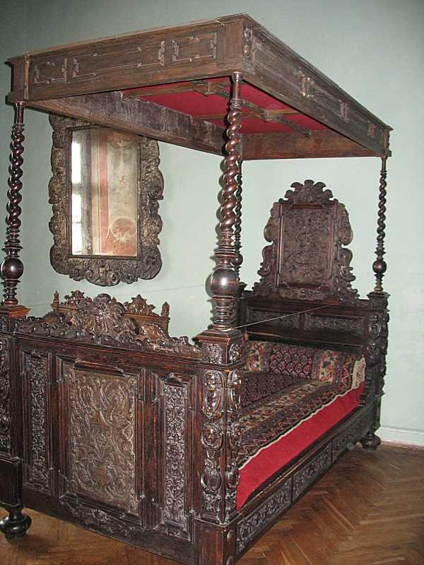 Ліжко під балдахіном