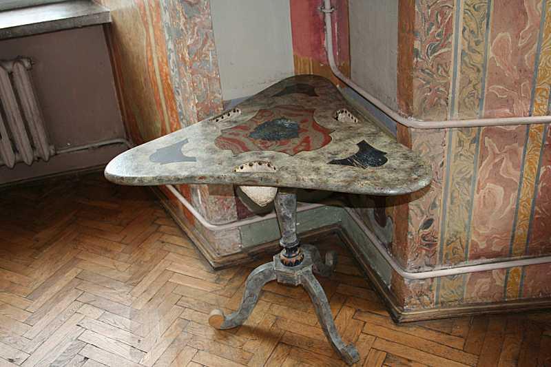 Трикутний столик