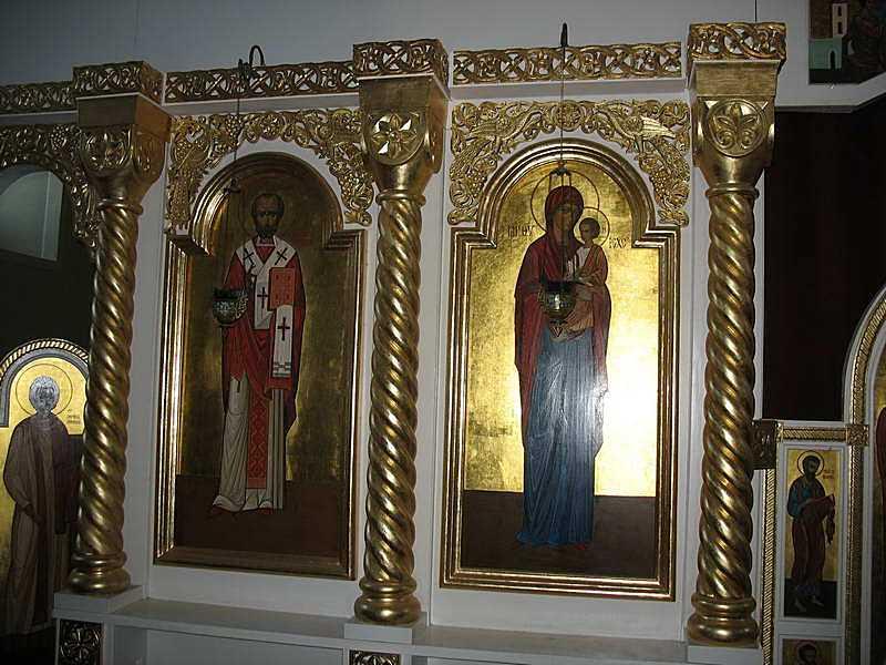 Ікони св. Миколи і Богородиці ліворуч…