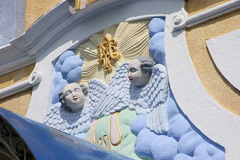 Скульптури на фронтоні