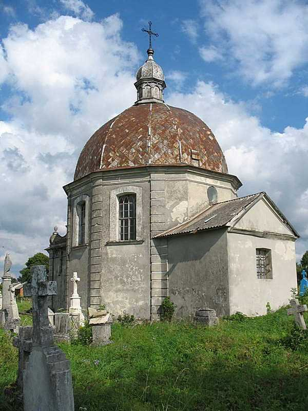 Церква-ротонда на цвинтарі
