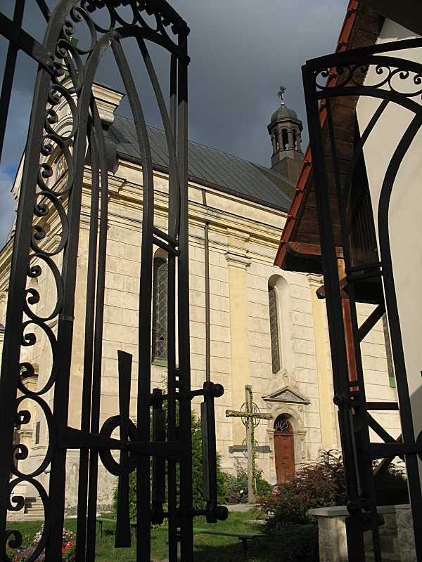 2008 р. Вид бабинця церкви крізь браму