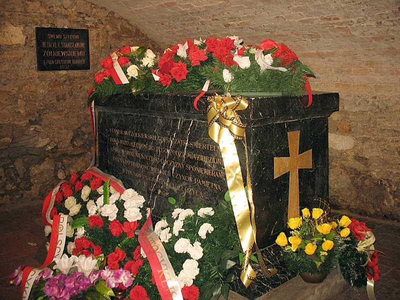 Меморіальна дошка та гробівець