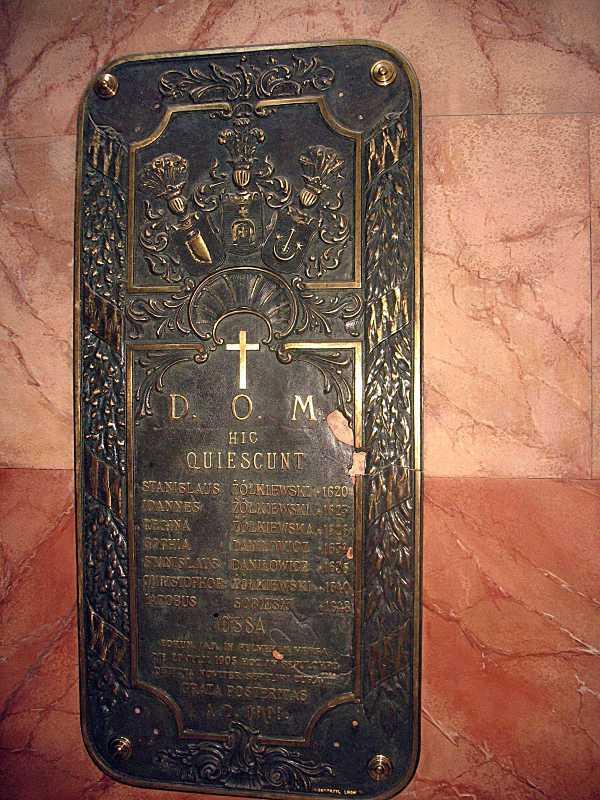 Меморіальна дошка похованим у костелі