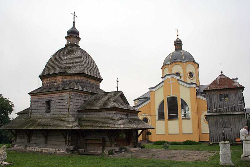 2018 р. Стара церква на тлі нової