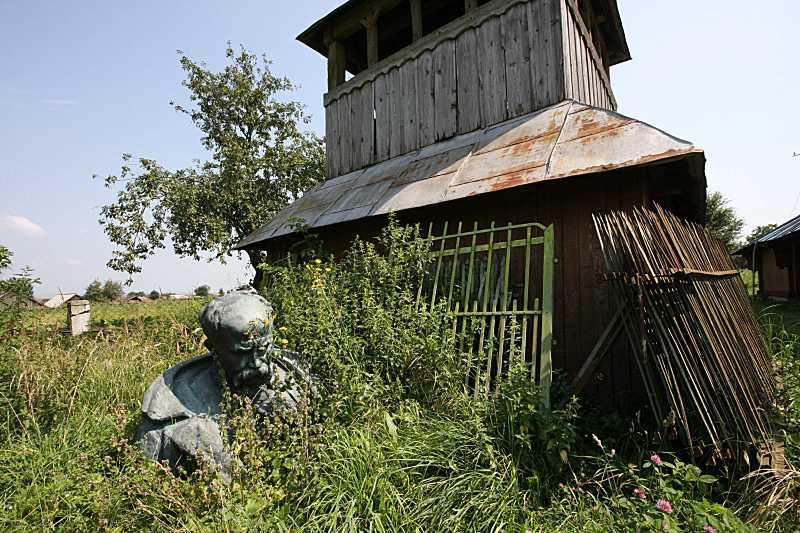 Бюст Т. Шевченка на тлі дзвіниці