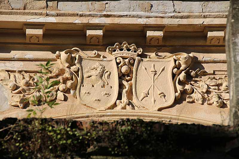 Щити з гербами над балконним вікном