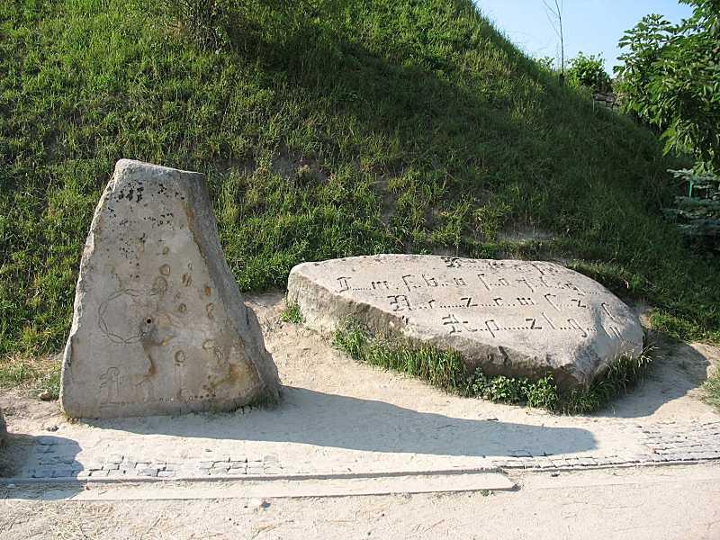Камені із знаками
