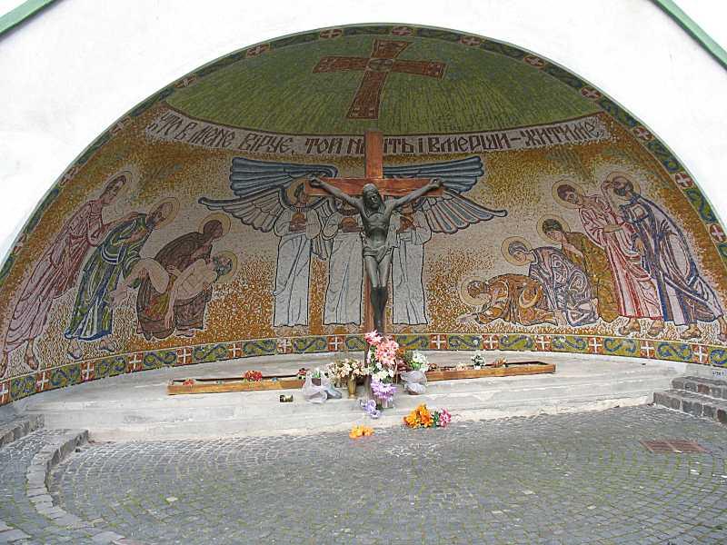 Ніша з роп'яттям і мозаїкою