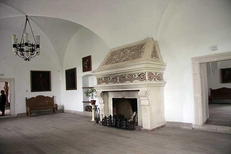Інтер'єр залу з каміном (2)