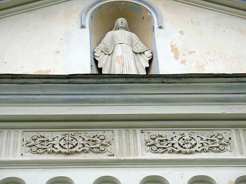 Скульптура богородиці милосердної