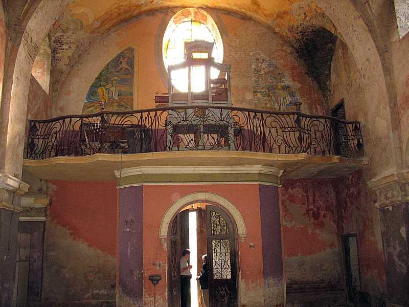 Інтер'єр з видом на вхід та хори