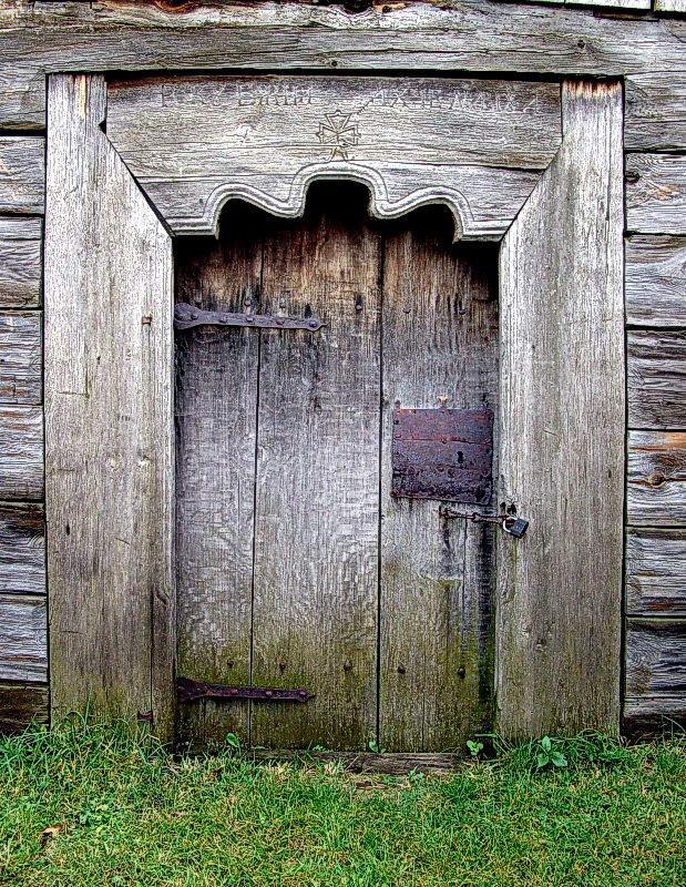 Західні двері з написом