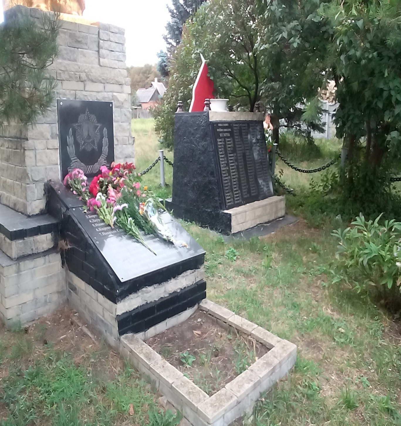 Постамент та стела з іменами загиблих