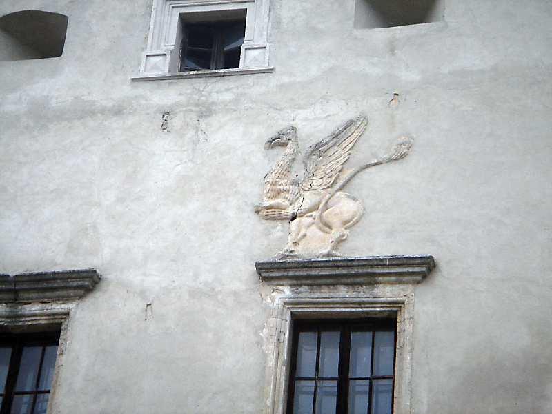 2006 р. Фрагмент фасаду з рельєфом звіра