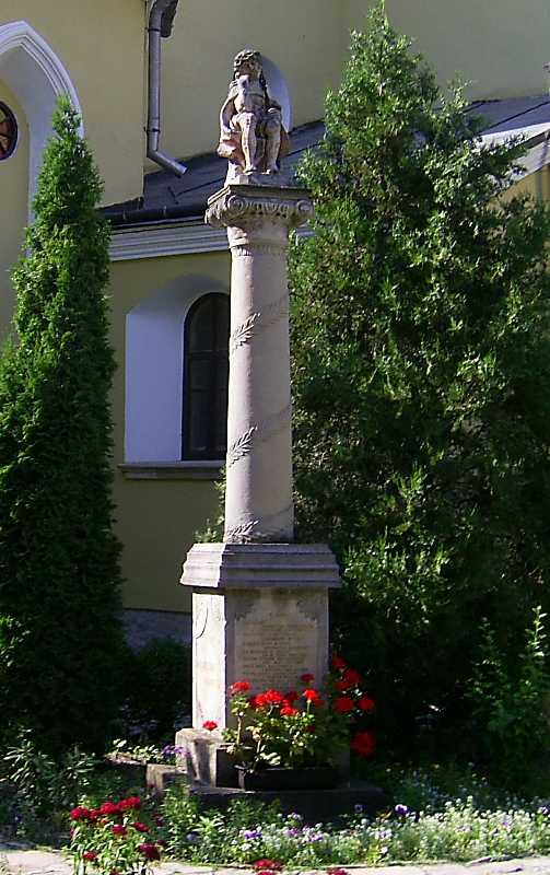 Колона зі статуєю