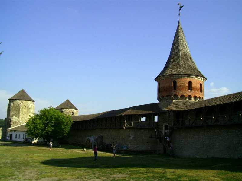 2007 р. Фрагмент південної стіни з баштами Папською, Ковпак і Тенчинською