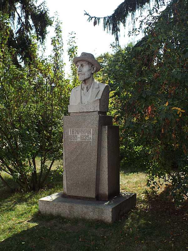 Пам'ятник І. Мічуріну
