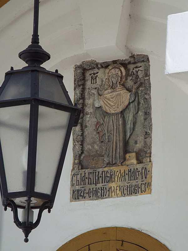 Рельєф богородиці і світильник