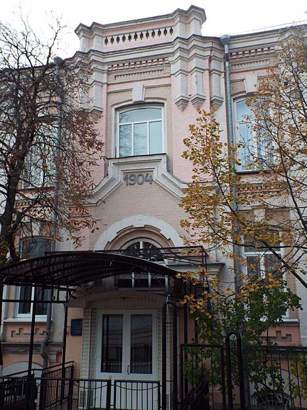 Центральна частина фасаду по вул. Предславинській