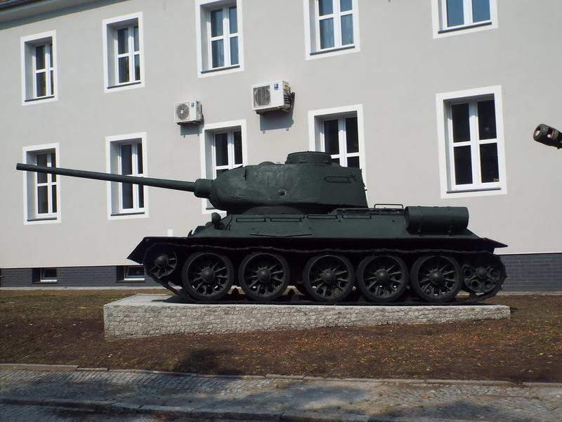 Танк Т-34-85 на території військової…