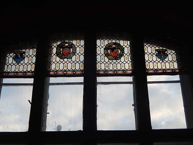 Верхня частина вікна з вітражем