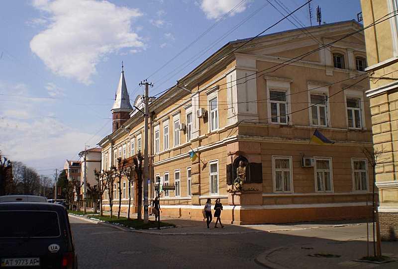В здании окружного суда в Коломые 5 марта – 10 июня 1880 г. был заключен Иван Франко – по фальшивому обвинению в социалистической пропаганде.
