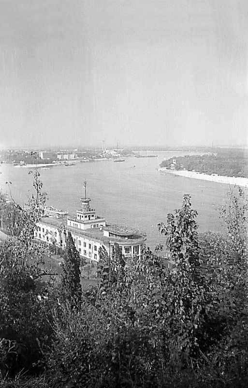 1975 р. Вид на Дніпро і річковий вокзал з Володимирської гірки