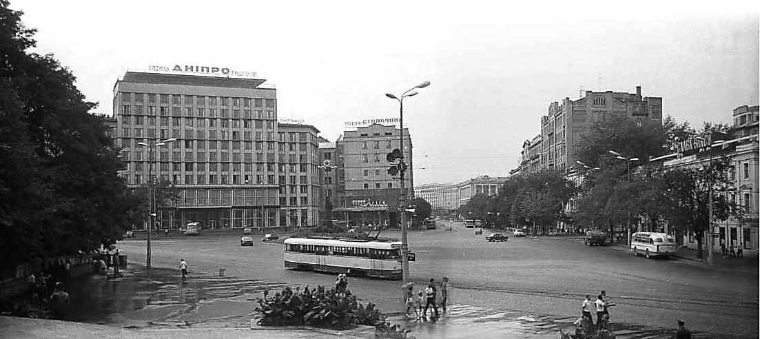 1975 р. Панорама площі зі сходу