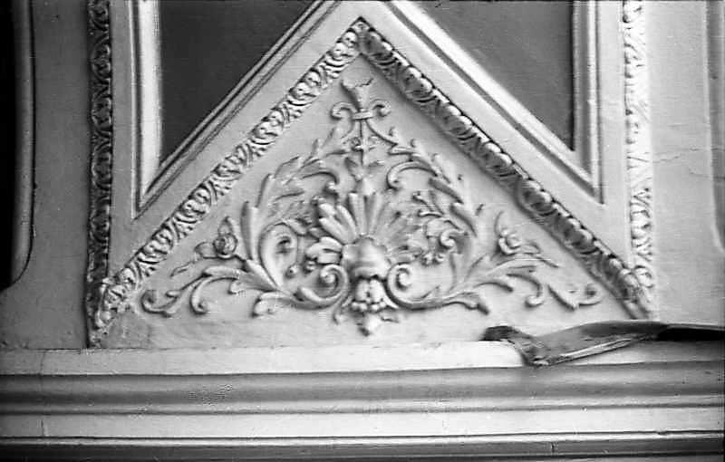 1976 р. Скульптурний фронтончик у…