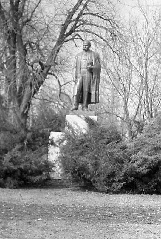 1976 р. Пам'ятник Т.Г.Шевченку в дитинці