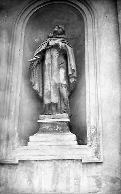 1976 р. Скульптура в лівій ніші…