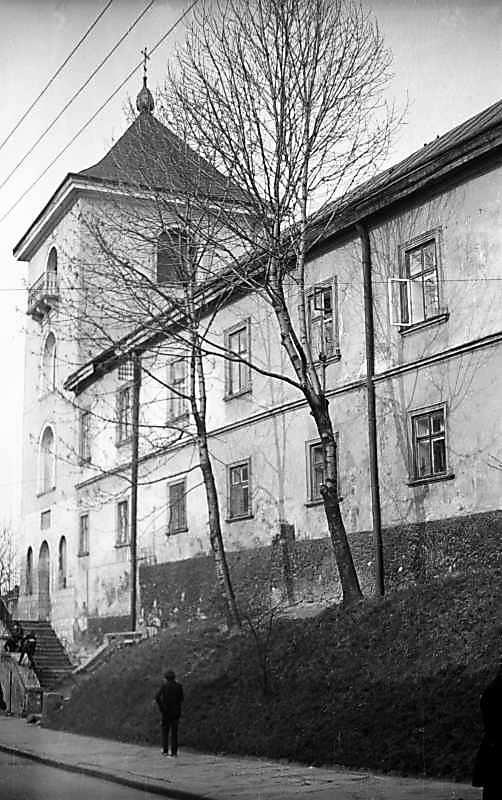 1976 р. Дзвіниця і корпус келій