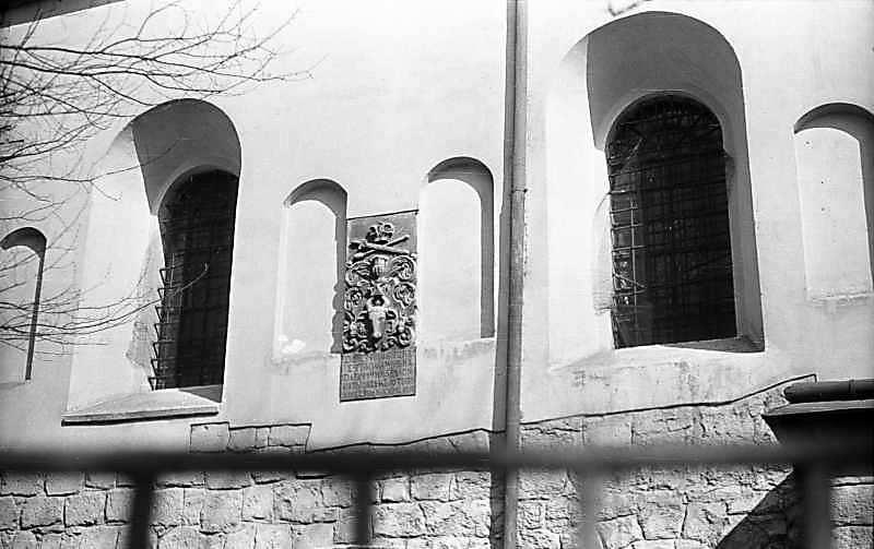Фрагмент бічного фасаду з плитою Могил