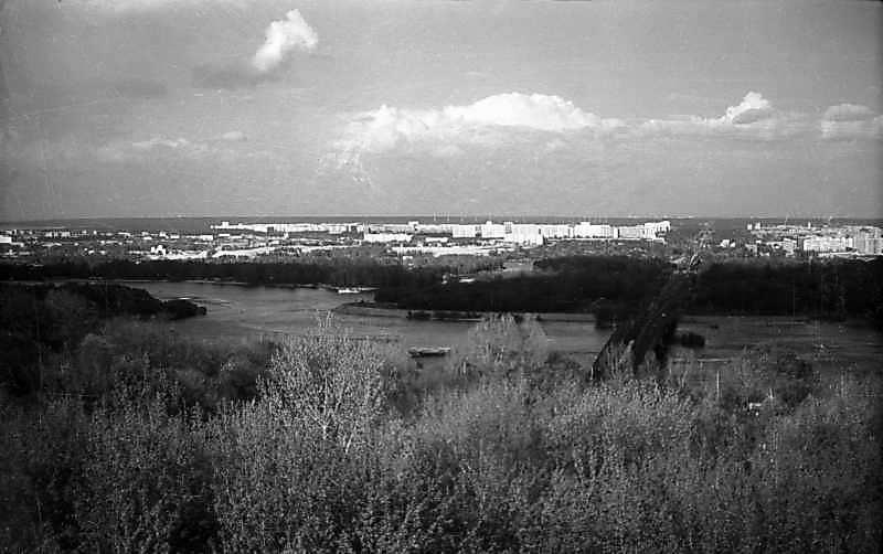 1976 р. Вид на міст метро і лівий…