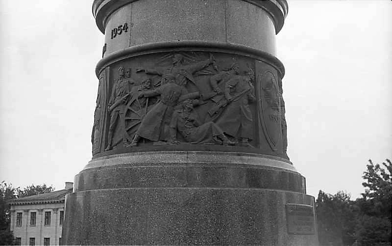 """1976 р. Барельєф """"Жовтнева революція"""""""