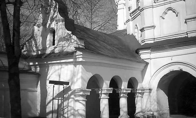 1977 р. Галерея біля церкви всіх святих. Вигляд з південного сходу