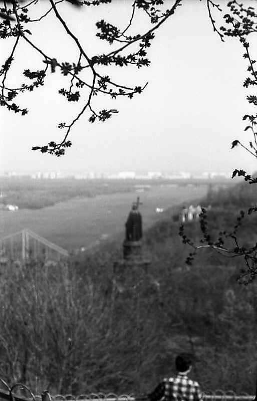 1977 р. Вид з Володимирської гірки на пам'ятник кн.Володимиру і Дніпро.