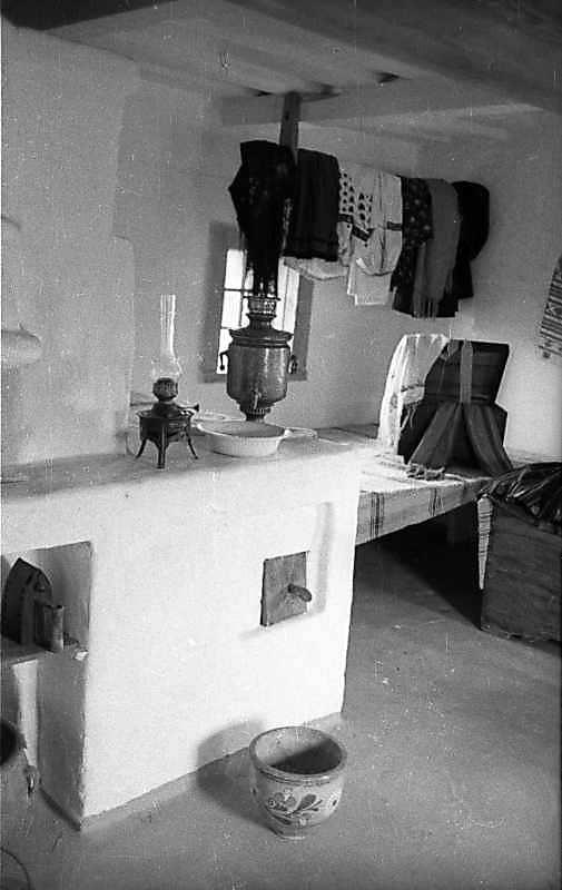 1977 р. Інтер'єр з піччю (самовар,…