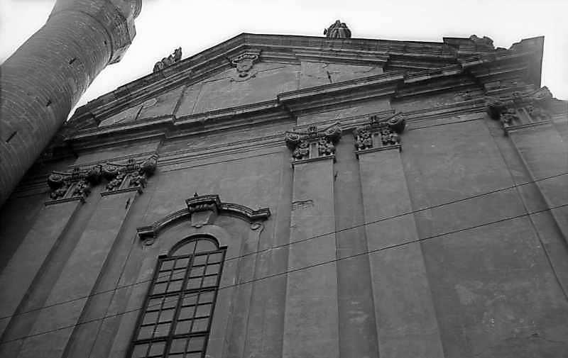 1977 р. Верхня частина головного фасаду у ракурсі. Вигляд із заходу