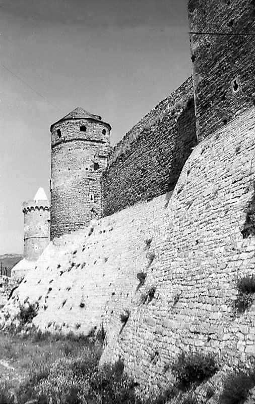 1977 р. Фрагмент південної стіни з баштами Тенчинскою і Ковпак. Вигляд зі сходу