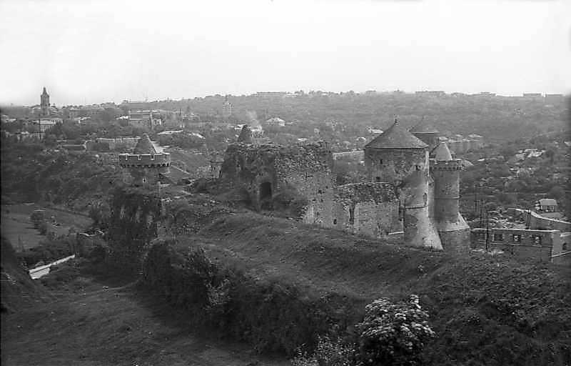 1977 р. Південний фас Нового замку на тлі Старого замку. Вигляд із заходу