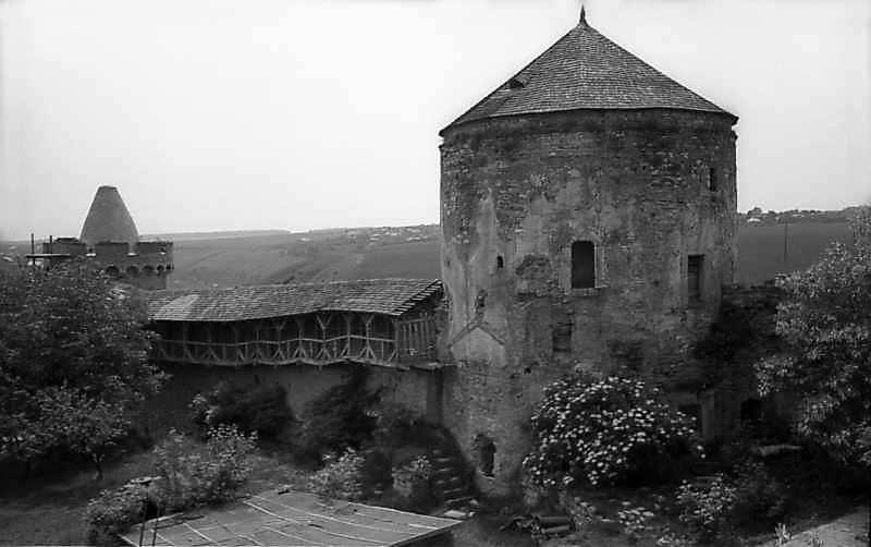 1977 р. Ділянка муру з бойовим ходом між Тенчинської і Ляською баштами. Вигляд з північного…