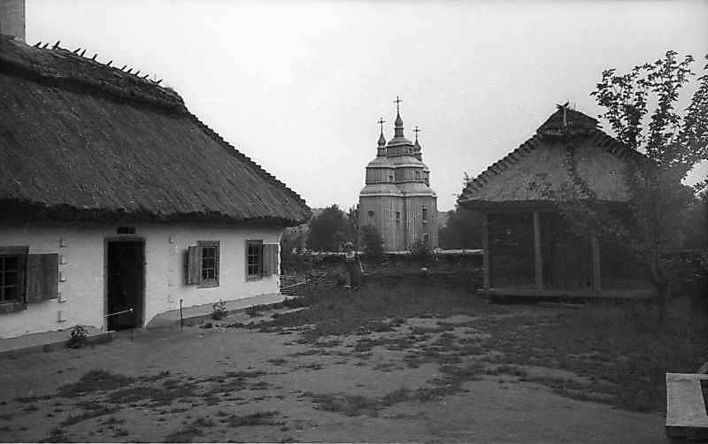1977 р. Загальний вигляд (хата, комора на тлі церкви)
