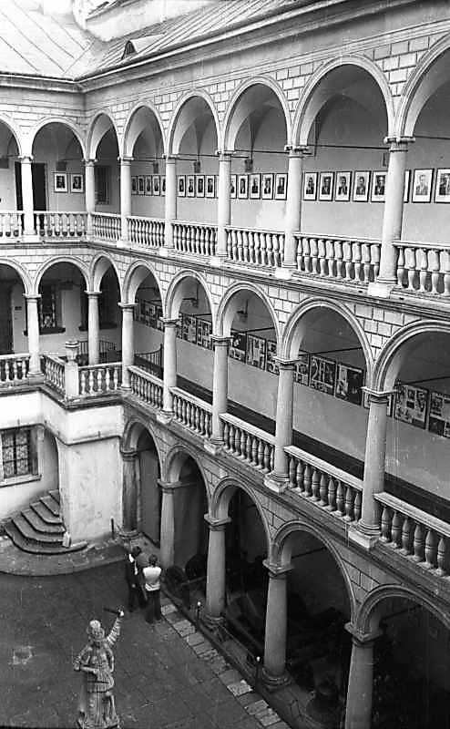 1977 р. Двір з аркадами. Вигляд із…