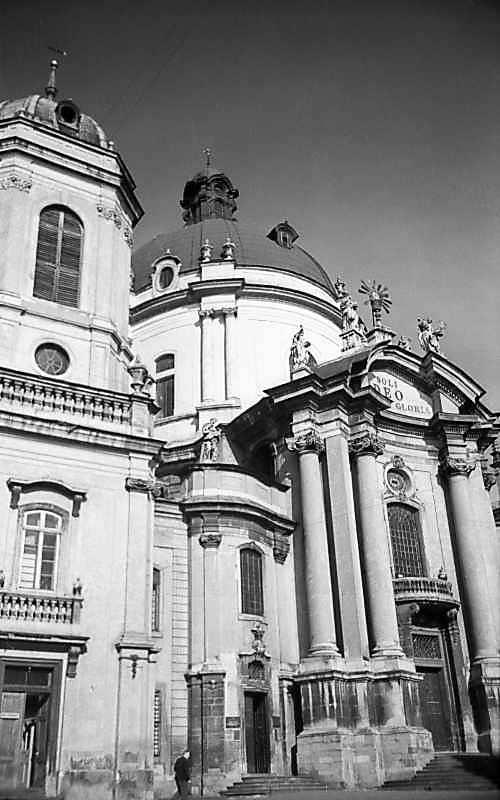 1977 р. Дзвіниця і костел. Вигляд з…