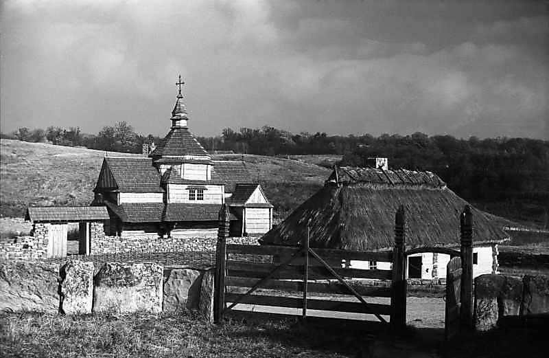 1977 р. Хата із с.Луги і церква