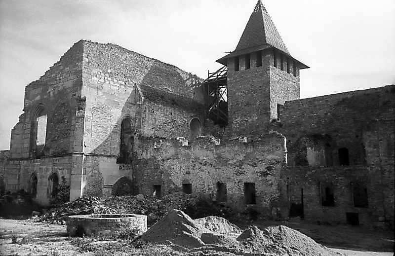Церква, східна башта і казарма