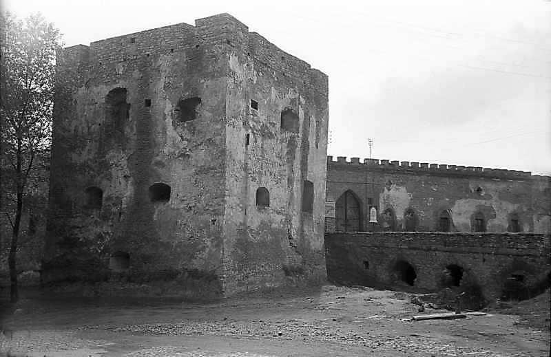 1978 р. Західна башта, міст, брама і фрагмент західного муру. Вигляд із заходу