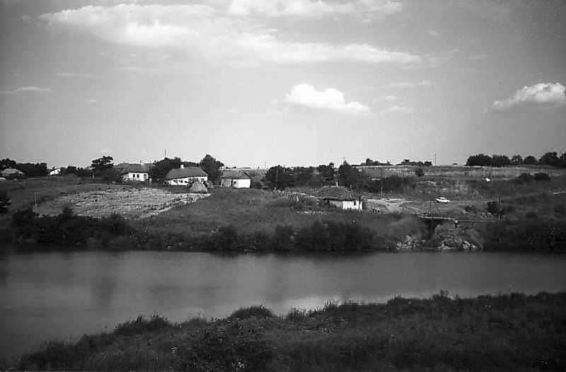 1981 р. Краєвид з хатами над ставком…